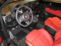Interiorul Fiat 500 modificat de Abarth