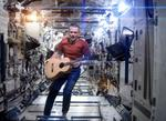Chris Hadfield canta pe Statia Spatiala Internationala