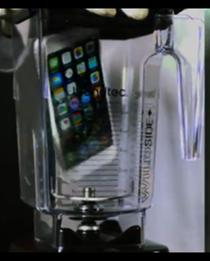 Un iPhone intr-un blender