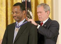 Ben Carson decorat de George W Bush