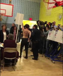 Protest topless fata de Trump la o sectie de vot din New York