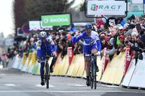 Arnaud Demare (dreapta), invingator in prima etapa