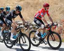 Chris Froome, in tricoul rosu
