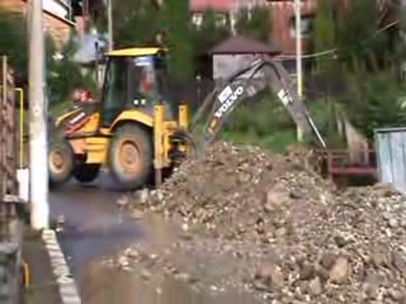 Excavator versus Dorel