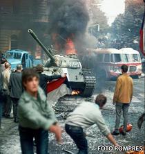 Tancuri sovietice pe strazile capitalei cehoslovace
