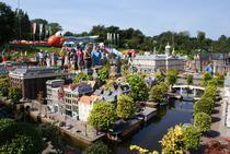 6Parcul Madurodam din Olanda-Acest parc este situat in Olanda. Pot spune ca acesta este ''Olanda in miniatura''. Cele mai importante locuri din Olanda sunt in miniatura