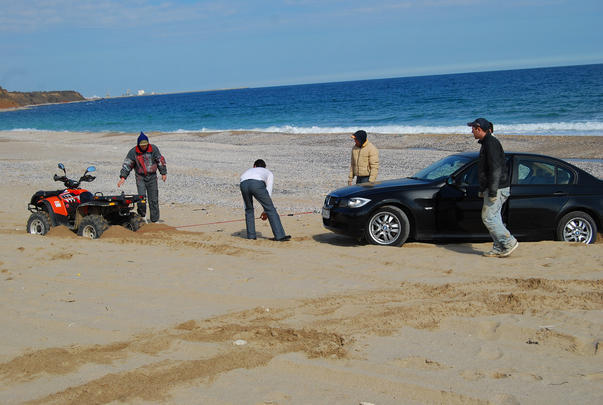 Cretin cu masina pe plaja, in rezervatia marina