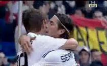 Huntelaar e imbratisat de Sergio Ramos