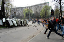 Protestatarii ataca Politia din Chisinau
