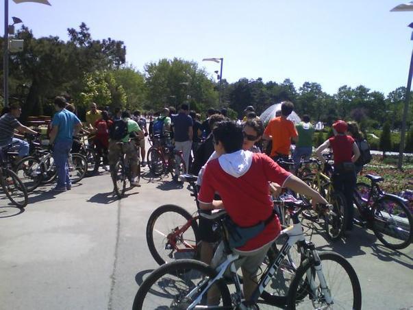 Adunarea biciclistilor la protestul impotriva interzicerii circulatiei bicicletelor in parcul IOR