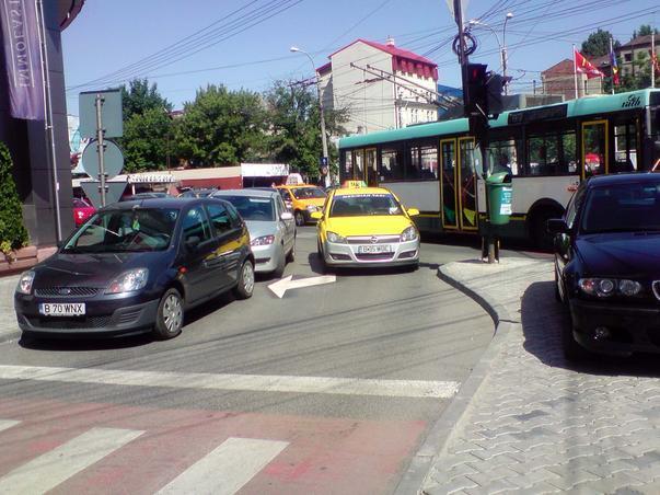 Statie taxi pe mijlocul  benzii de circulatie