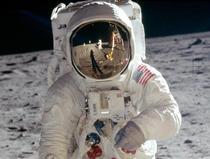 Imaginea lui Armstrong, vizibila in viziera lui Aldrin