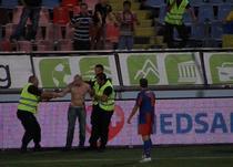 Un spectator a intrat pe gazon la Steaua - Ujpest