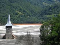biserica din Geamana, cu sterilul pana la streasina