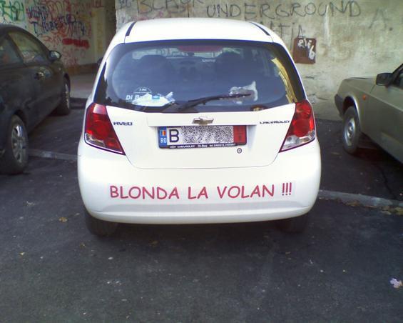 Blonda la volan!