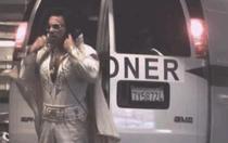 Elvis coboara din duba