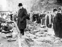 Churchill inspectand un crater lasat de o bomba aproape de intrarea cladirii pe 30 Septembrie 1940
