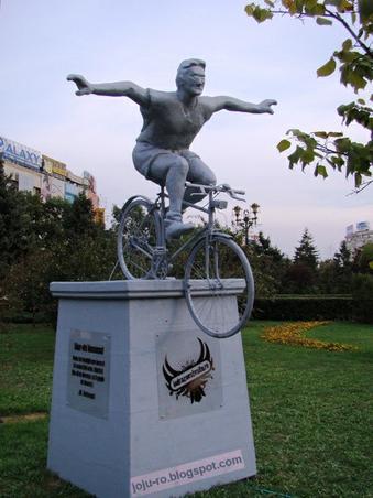 Monumentul biciclistului care conduce fara maini