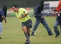 Arbitru batut pe terenul de fotbal