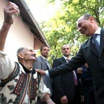 """Basescu """"a surprins"""" PDL cu pliantele gata tiparite"""