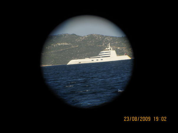 Yacht vazut prin binoclu