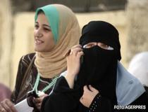 Niqabul lasa ochii femeii descoperiti