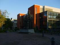 Intrarea din campus prin partea de vest, la statuia lui Michael Faraday