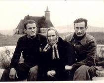 Valeriu (dreapta) impreuna cu Ion Ianolide si mama sa in colonia de munca de la Galda