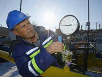 Un operator Transgaz verifica presiunea gazului la statia de distributie din Isaccea