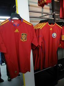 Spania (stanga) si Romania (dreapta), echipamente de joc