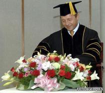 Traian Basescu primind titlul de Doctor Honoris Causa al Universitatii Hankuk de la Seul