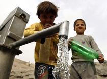 Copii din Afganistan asteptand apa
