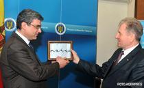 Ministrul Teodor Baconschi primeste de la ministrul moldovean Victor Catan sarma ghimpata din gardul de pe Prut