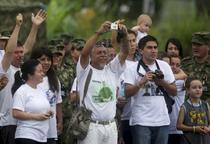 Gustavo Moncayo isi asteapta fiul la aeroport