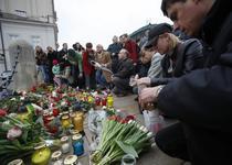 Polonezii depun flori si lumanari la sediul presedintiei