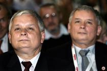 Lech si Jaroslaw Kaczynski, gemenii care au condus Polonia