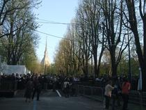 Mii de pelerini asteapta sa vada Giulgiul din Torino