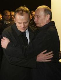 Vladimir Putin il imbratiseaza pe premierul polonez Donald Tusk