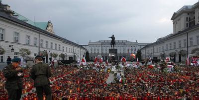 Candele aprinse in fata Palatului Prezidential