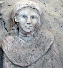 Sarcofagul este incrustat cu bijuterii
