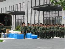 Militarii chinezi duc de mancare voluntarilor