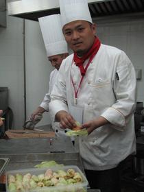 Un bucatar chinez invata sa faca sarmale