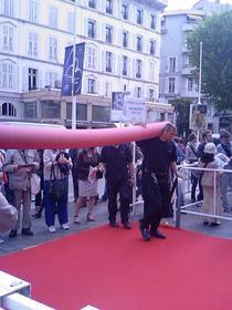Organizatori pregatind covorul rosu