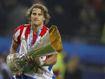 Diego Forlan, impreuna cu trofeul Europa League