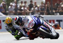 Lorenzo il invinge pe Rossi