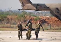 Soldati israelieni evacueaza un militant pro-palestinian la un spital de langa Tel Aviv