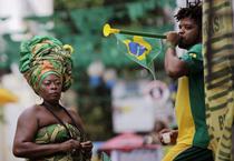"""Fotbal """"sarac"""" vs vuvuzela la Mondial"""