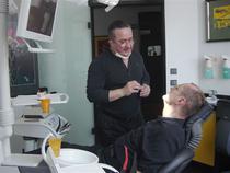 Medicul Dr. Waldemar Alfred Zawadzki in cabinetul sau stomatologic din Reutlingen