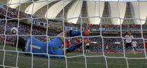 Portarul sarb Stojkovic apara penalty-ul lui Podolski
