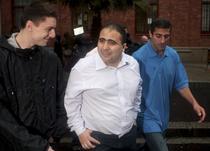 Pavlos Joseph (mijloc), suporterul britanic arestat